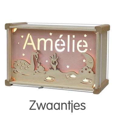 Houten DeLuxe lamp met naam: Zwaantjes / Het Houtlokael